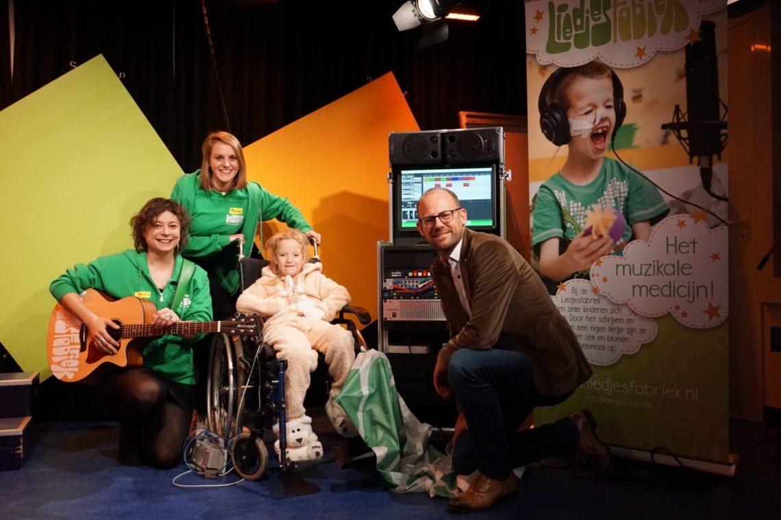 Liedjesfabriek overhandigt 'Liedjesmachine' aan Willem-Alexander Kinderziekenhuis Leiden